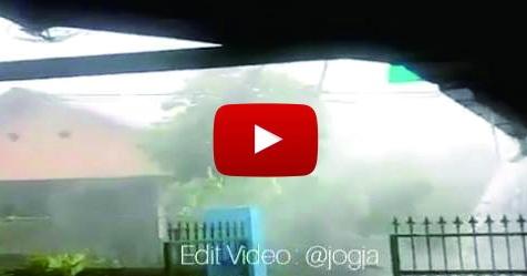 VIDEO: Ngeri! Wilayah Jogja Dilanda Badai, Atap Rumah Hampir Ambruk