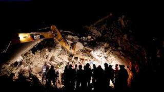 Pasadas más de 24 horas del sismo de 6,2, los equipos de socorro continúan trabajando en busca de eventuales sobrevivientes atrapados cuando dormían bajo toneladas de escombros. 'Es posible que el número de víctimas crezca', advirtió ayer el jefe de gobierno italiano, Mateo Renzi, quien recorrió la zona afectada en las horas de la tarde y prometió ayuda para las familias damnificadas.