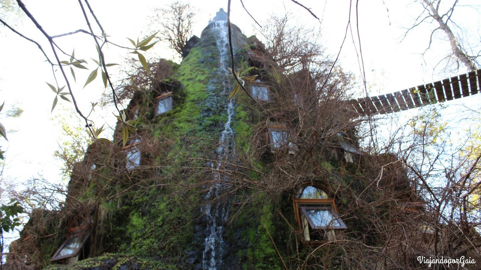 Montaña Mágica Lodge Destacado como uno de los hoteles más  exóticos del mundo, construido con mano de obra local, utilizando materiales autóctonos, cubierto de vegetación y con flujo de agua constante que cae por un borde de la Montaña Mágica Lodge que se roba las miradas.