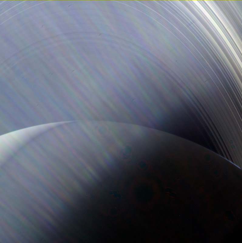 Sao Thổ và hệ thống vành đai của nó đang đắm chìm trong ánh sáng lóe lên của Mặt Trời, được chụp từ camera góc rộng của tàu vũ trụ Cassini. Hình ảnh này đã được chụp từ năm 2013 khi nó ở khoảng cách 790.500 km so với Sao Thổ, và mới được công bố gần đây. Cassini là dự án được hợp tác giữa NASA, Cơ quan Vũ trụ Châu Âu cùng Cơ quan Vũ trụ Ý; nó đã hoàn thành sứ mệnh của mình vào tháng 9 năm 2017 bằng cú lao thẳng vào hành tinh này. Hình ảnh: NASA/JPL-Caltech/Space Science Institute.