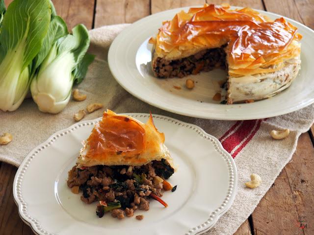 Pastel de verduras de hoja verde, acelgas y pad choi, carne de cerdo y pasta filo