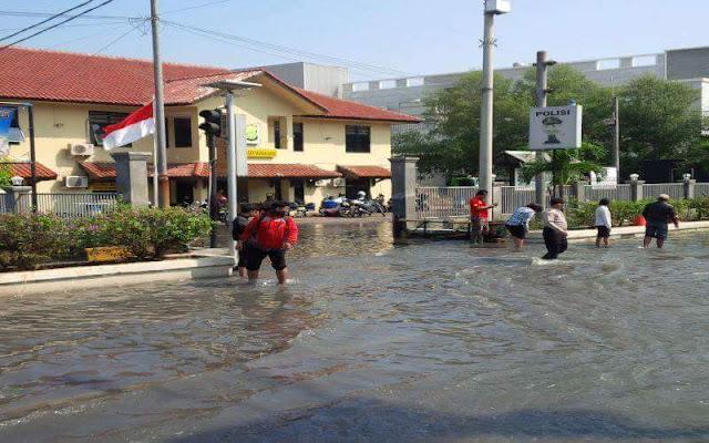 Mapolsek Muara Baru, Polres Metro Jakarta Utara Tergenang, Akibat diterjang Banjir Air Rob