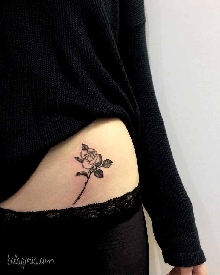 imagen del tatuaje en la cintura de una mujer