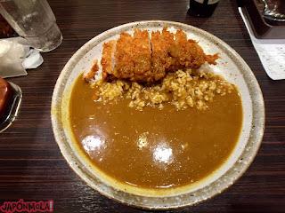 Filete de tonkatsu acompañando un plato de curry japonés