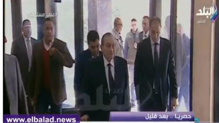 عاجل الان ..اول ظهور لمبارك في قاعة المحكمه واول مواجهه بينه وبين مرسي ..شاهد كيف تغيرت ملامحه ..فيديو حصري من داخل المحاكمه الان