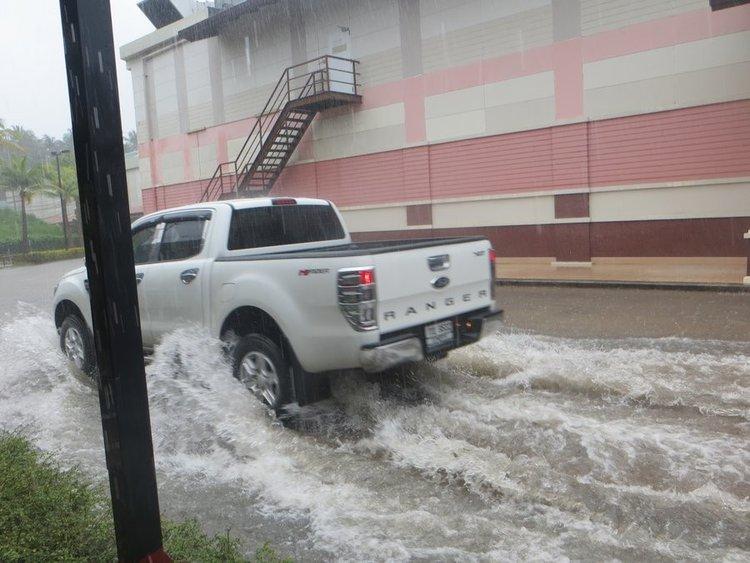 Форд Ранджер едет по затопленой дороге