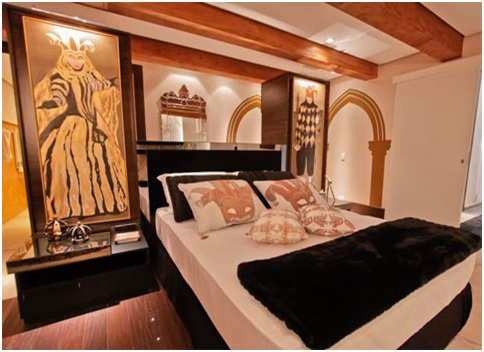 Matrimonial bedroom with Venice architecture decoration