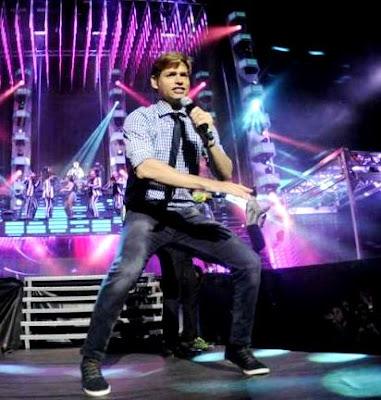 Foto de Carlos Baute cantando en concierto