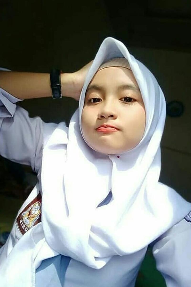 Siswi Jilbab SMA Cantik rayakan kelulusan