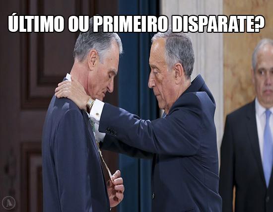 Imagem de  Cavaco Silva a ser condecorado por Marcelo Rebelo de Sousa – Último ou Primeiro Disparate?
