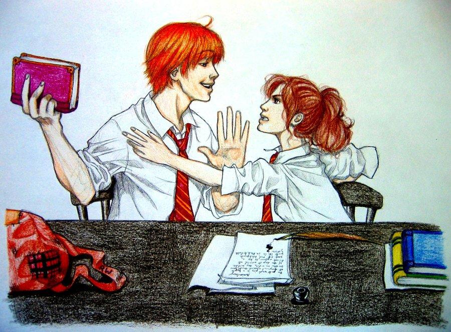 Kresba Rona a Hermiona v košilích a s nebelvírskými kravatami. Ron čelí naštvané Hermioně, která se snaží převzít svou knížku (vínové barvy), kterou jí Ron vzal a drží ji daleko od Hermiona s nataženou rukou,