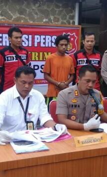 Polisi menggelar temu pers anak yang bunuh ibu kandungnya di Palas.