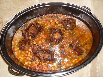 Γάστρα με φαγητό μέσα που περιέχει ρεβύθια και κρέας απο ουρά μοσχαριού