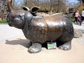 statuie metalica reprezentand un rinocer