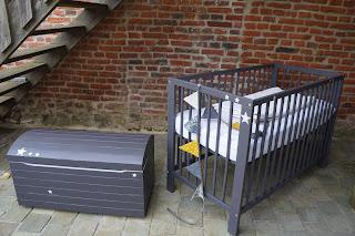 déco-chambre-enfant-coffre-a-jouets-lit-barreaux-gris-fonce-etoile-lille-urlu-et-berlu