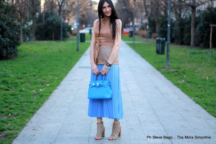 paola buonacara, fashion, fashionblogger, italianfashionblogger, italianblogger, outfit azzurro, come abbinare gonna a pieghe, save my bag, sistes, milano, milano fashionweek, stretstyle, fashionweek, outfit, look, ootd, blogger, outfit azzurro.