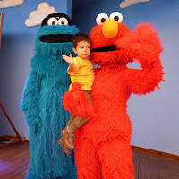 Joel con Elmo y Triki.