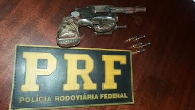 PRF apreende arma de fogo de assaltantes no Bairro Santa Rita, em Miracatu