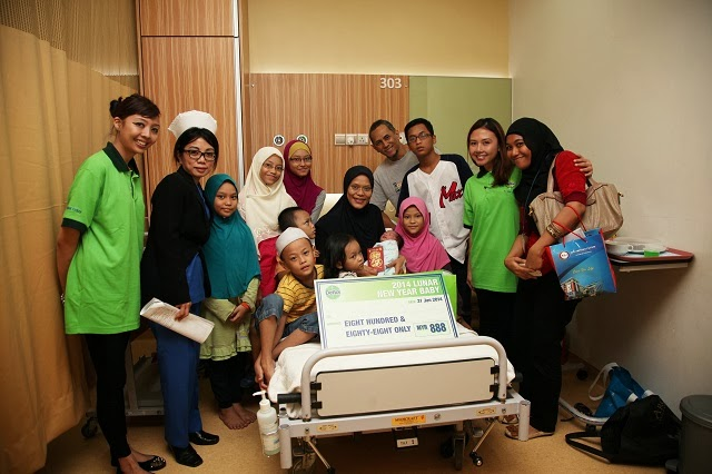 Baby Daniel Asyraaf Rashid from KPJ Ampang Puteri Specialist Hospital receiving the cash gifts and hamper from Dettol