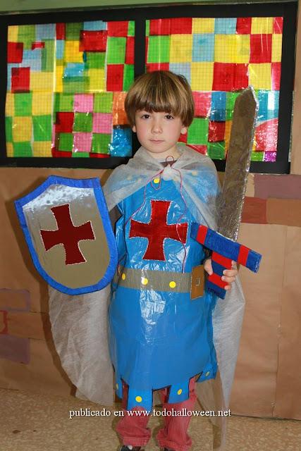 Disfraz medieval hecho con bolsa de basura