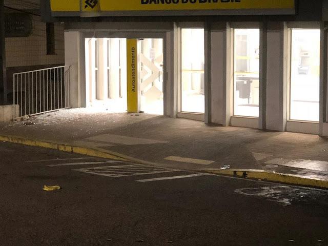 Ladrões armados explodem bancos, fazem reféns e trocam tiros em Machado (MG)