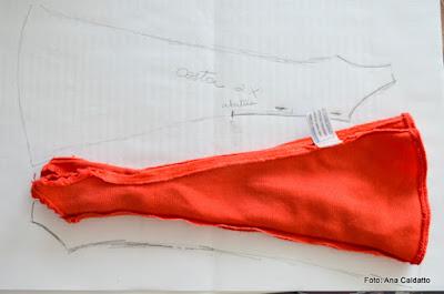 2682aaa89 estola da boneca Susi é feita em tule vermeho franzido:
