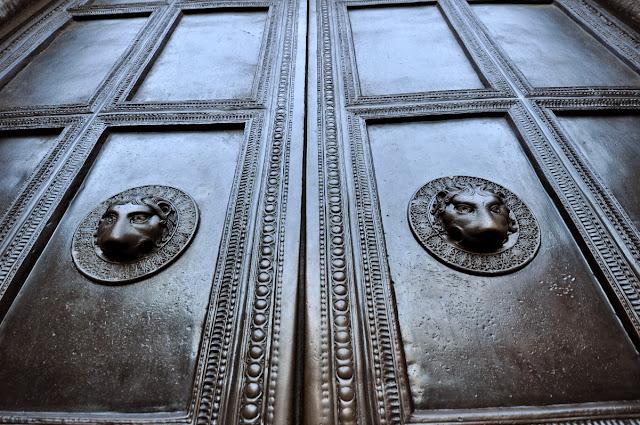 drzwi katedry akwizgrańskiej