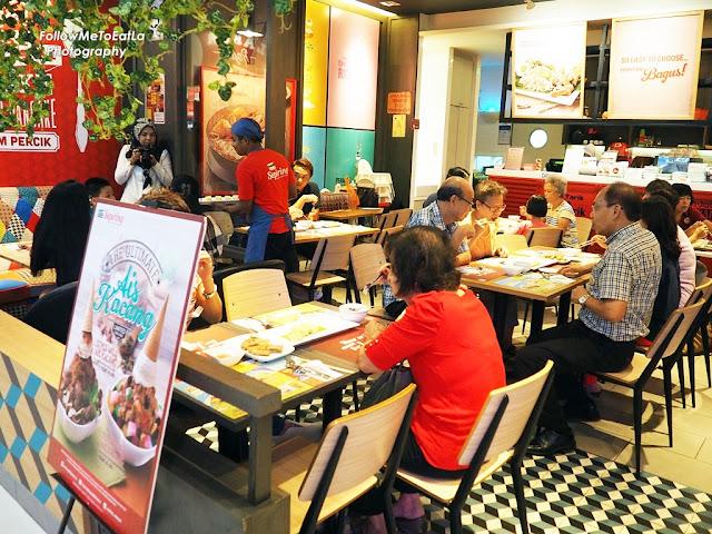 Shoppers Dining At Sepiring