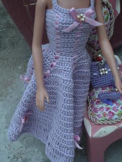 Vestido e Acessórios de Crochê Para Barbie em: Novas Versões de Um Mesmo Modelo