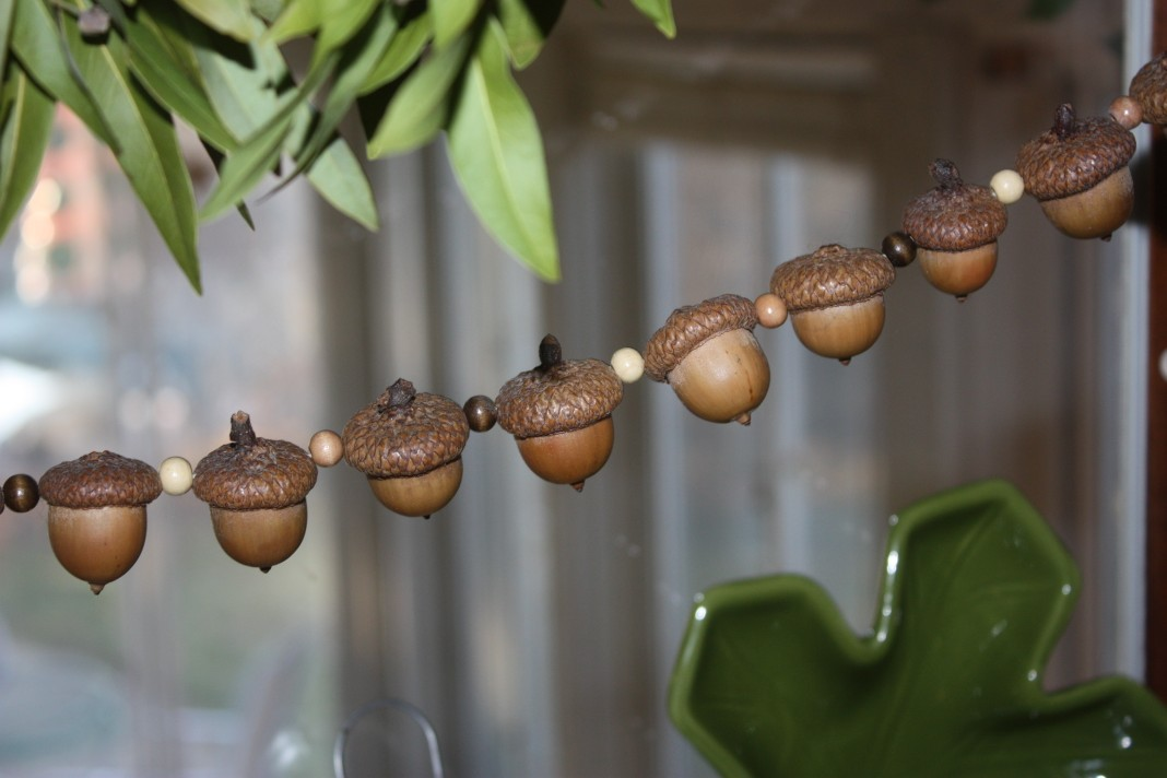 I love a garland and this acorn garland is no exception! Totally making this for fall!
