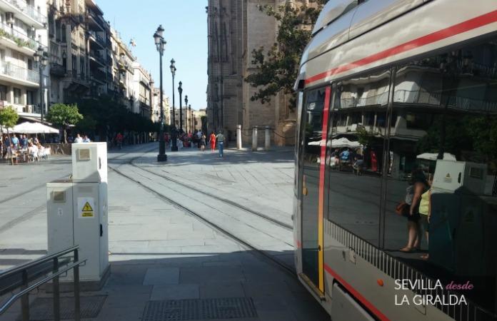 Parada del tranvía  Archivo de Indias en avenida de la Constitución Sevilla