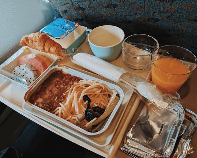 Thực đơn của hãng hàng không Việt Nam khá đa dạng và đầy đủ dinh dưỡng với mì bò bằm là món chín, bánh mì croissaint, cùng sữa chua. Bên cạnh đó còn có cả trái cây tráng miệng bao gồm thanh long, dưa hấu và đu đủ. Bạn cũng có các lựa chọn nước uống như nước cam, cà phê hoặc nước lọc.