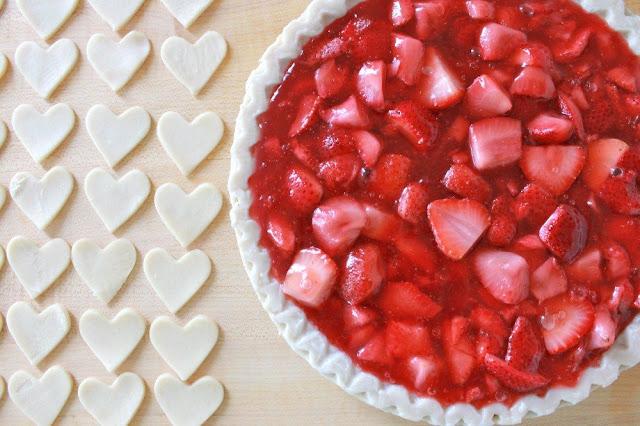 """пирог, пирог слоеный, пирог с клубникой, пирог на день влюбленных, блюда """"Сердце"""", выпечка, выпечка с клубникой, клубника, выпечка с ягодами, рецепты на День влюбленных, 14 февраля, День святого Валентина, тесто слоеное, рецепты, рецепты пирогов, рецепты выпечки, рецепты мс клубникой, http://eda.parafraz.space/"""