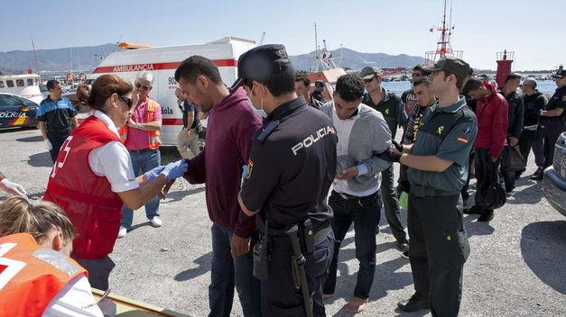 Más de 1.100 inmigrantes han sido rescatados este fin de semana procedentes de 65 pateras - Página 3 Interceptada-patera-inmigrantes-aguas-Almeria_TINIMA20130922_0052_5
