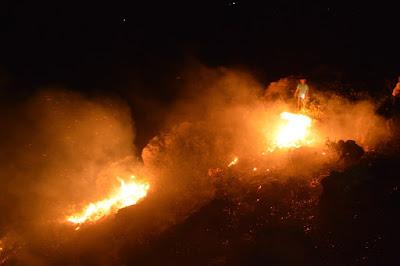 Voluntários apagam incêndio no monte de Mairi