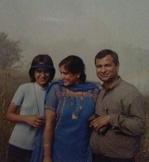 Foto Nia Sharma dengan Orangtuanya