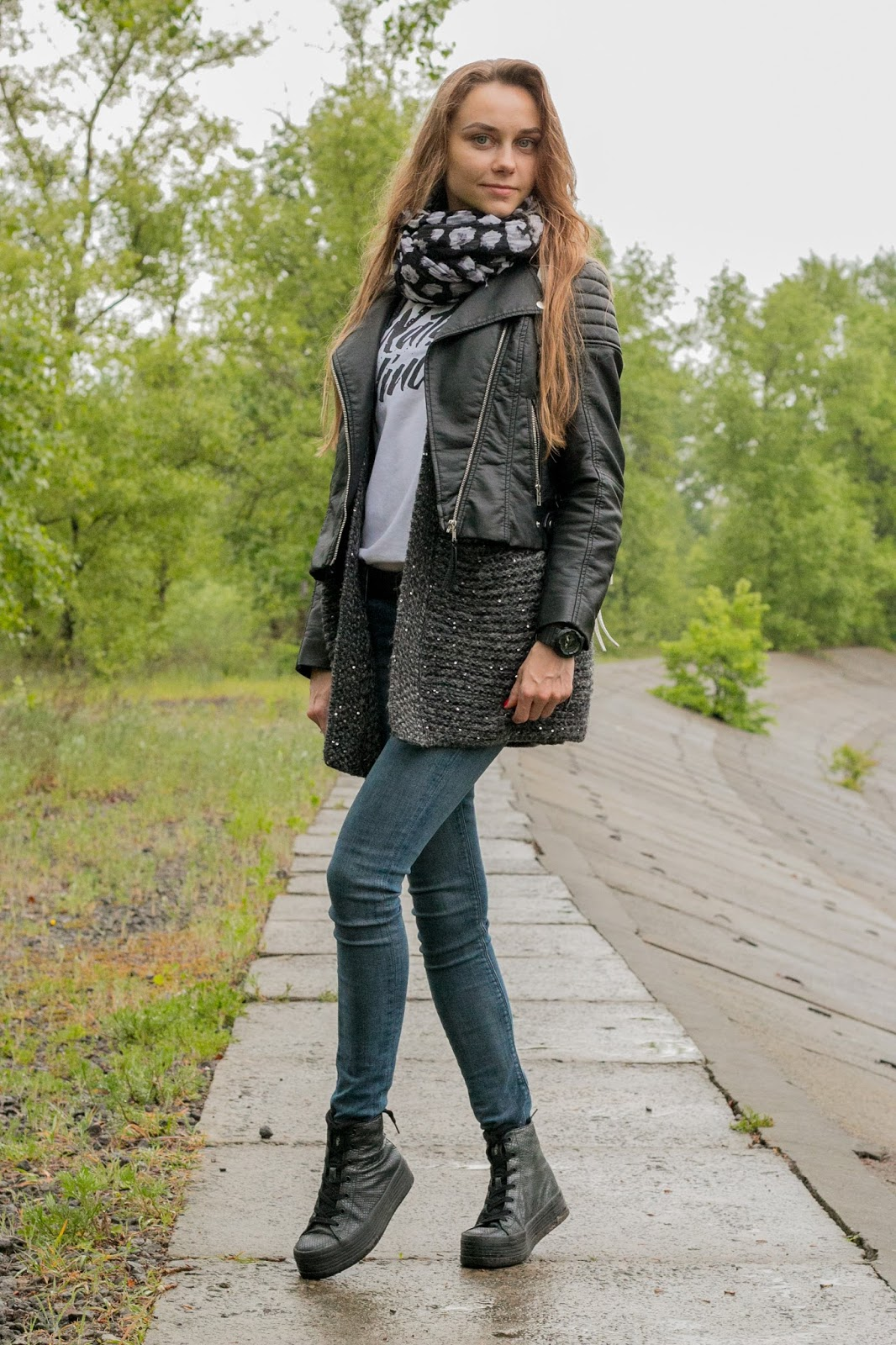 LookOn, look, lookbook, outfit, outfits, ootd, wiw, wiwt, style, fashion, fashion blog, fashion blogger, inspiration, platform sneakers, oversized cardigan, leather jacket, t-shirt, jeans, studded backpack, scarf, wiw, streetstyle, fashionblogger, styleblogger, spring outfit