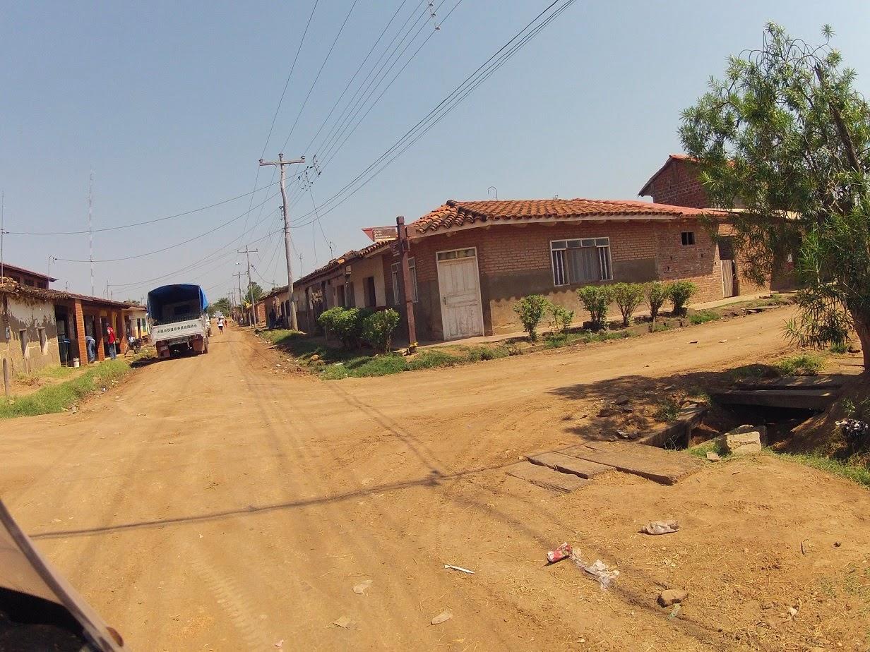 Ruas de chão de terra em San José de Chiquitos / Bolívia.