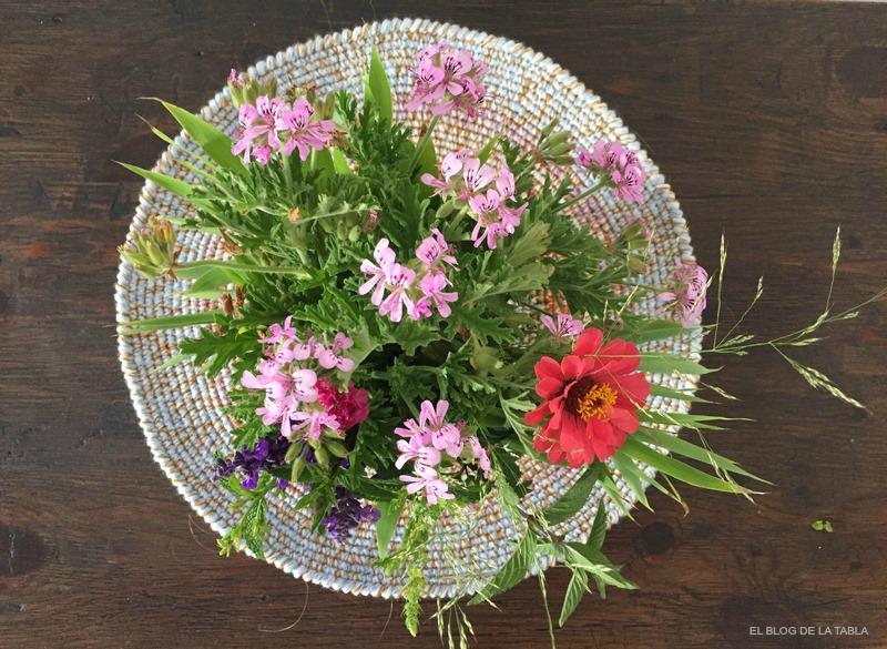 Garden bouquet con Pelargonium capitatum, Zinnia, Salvia farinacea, Armeria maritima, hierbabuena, menta, bambú