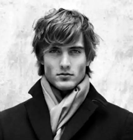 Model Rambut Ikal Pria untuk Wavy Bangs