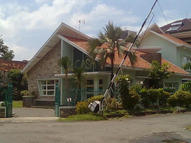 2.  Rumah Jengki, Semarang contoh arsitektur jengki