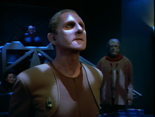 Odo as the Nestor, looking up at Makbar.