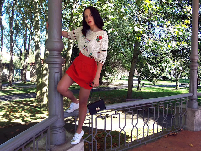 fashion, moda, look, outfit, walking, penny, lane, blog, trendy, cool, street, style, chic, casual, rock, comfy, autumn, otoño, bomber, sneakers, tennis, red, mini, skirt, parche, patch, zara, pull, bear, corte, ingles