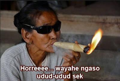 wanita tua merokok gokil banget