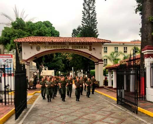 """¡COMENZÓ EL SHOW! Al grito de """"Viva Chávez"""" la Fanb toma las calles de Venezuela tras orden de Maduro (+Video)"""