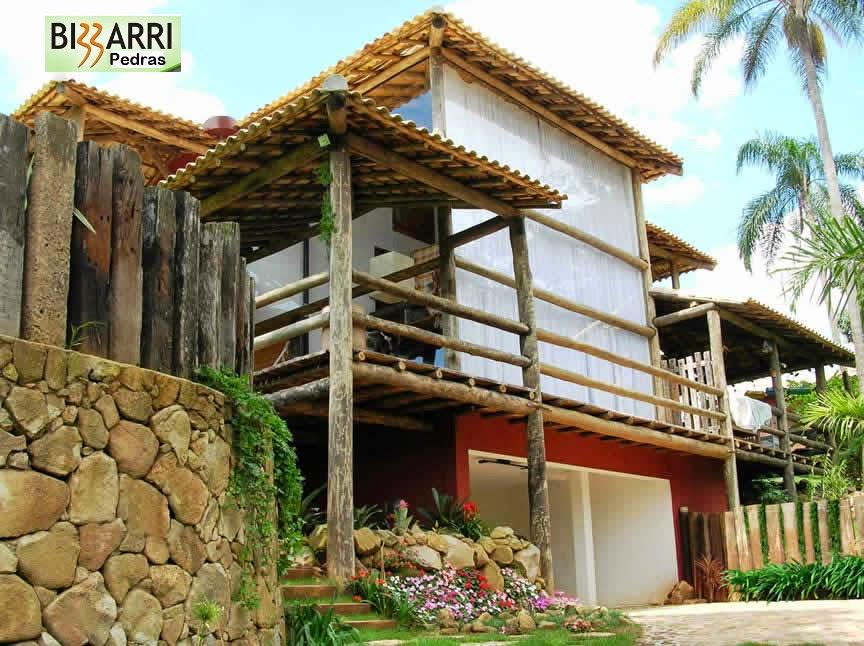 Muro de pedra moledo e construção da residência em condomínio em Atibaia-SP.