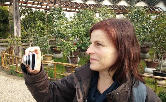 Barbara beim Fotografieren in einem Park in Suzhou