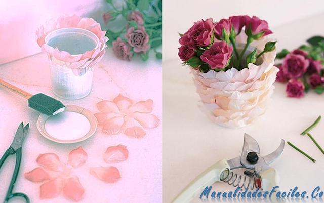 jarrón decorado con pétalos de rosas