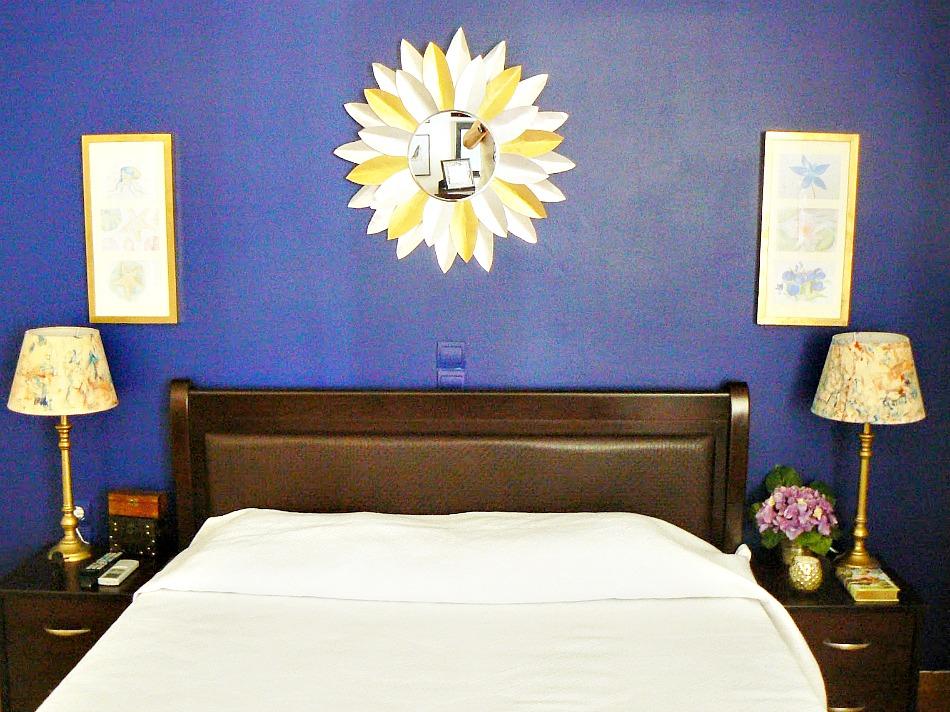 Μπλε τοίχος στην κρεβατοκάμαρα
