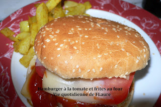 Hamburger à la tomate et frites